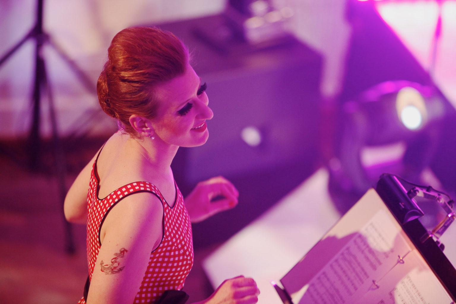 Martina Hug dirigiert Damenchor «Chursüd»